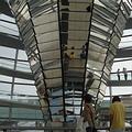 人民可以從上方的採光平台,往下看到會議廳的情形