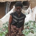 基貝拉貧民窟的Alice Atieno和家門口自己種植的蔬菜合影。(照片由Miriam Gathigah/IPS提供)。