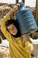 住在黎巴嫩Bayt Misheyeh村的少女,必須提水回家使用。圖片來源:UNICEF