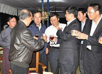 吳登盛(左二著黑夾克者)與中國水電投資者會面情形。緬甸河網Jade Land 提供。