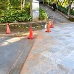大島小松川公園內的「Wansaka廣場」樓梯處的石板地上流出了六價鉻,由於做了無害化處理,所以步道上呈現出茶色,攝於11月2日,東京都江東區大島9丁目,福留庸友攝。