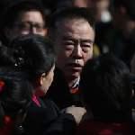 陳凱歌在人民大會堂遭媒體包圍採訪(圖片節錄自衛報/Feng Li/Getty Images)
