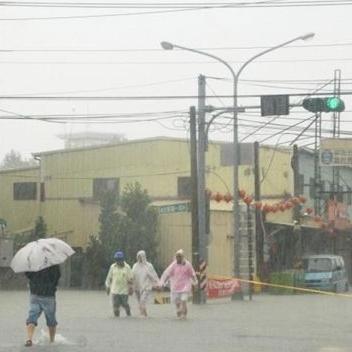 斗六市公正派出所被大水包圍,旁邊通往古坑山上的成功路也被拉起黃線封閉。(中時電子報周麗蘭攝)