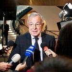 2013年11月19日,歐洲議會預算委員會主席Alain Lamassoure在七年預算通過後對媒體發表談話(照片由歐洲議會提供)。