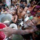 在孟加拉舊達卡民眾等待領水的狀況。圖片來自:聯合國/Kibae Park攝影。