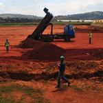 儘管烏干達的環保人士強烈反對,一車車的廢土仍持續傾倒在濕地中。(照片:Stephen Wandera)
