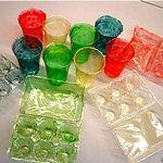 蝦殼衍生塑膠製成的塑膠杯和蛋盒。圖:哈佛大學維斯研究所(the Wyss Institute)。