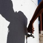 墨西哥新萊昂州某處水量見底的儲水槽,一名男子打開水龍頭想要取水,但無水可用。(圖片來源:Tomas Bravo/Reuters)