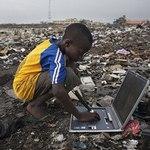迦納阿博布羅西電子垃圾場中的孩子。(攝影:Andrew McConnell/Alamy。)