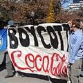 可口可樂工廠擠壓民生用水,曾遭美國大學生抗議;圖片來源:USAS