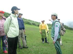 陽明山國家公園小油坑遊客中心主任呂理昌(右一)是挖掘出魚路古道和為其命名的人。
