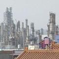 煙囪林立的工廠......它怎麼可以是我們生存家園的模樣?。圖片提供:我們的島。