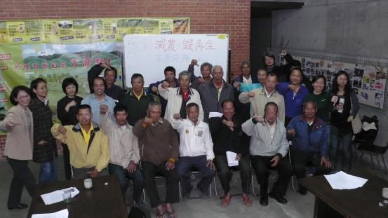 本月16日,林明賢大哥及吳音寧小姐前來苑裡,為苑裡的農民說明《農村再生條例》;攝影:江進富。