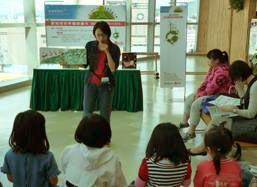 資深說故事志工以繪本為小朋友訴說輕鬆有趣的環保綠故事。