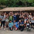 在台東成功環境體驗園區內的工寮前合影,孩子們期待未來還能再一同上山體驗大自然