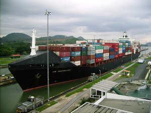 滿載貿易商品的貨櫃船正通過巴拿馬運河。圖片來源:wikipedia