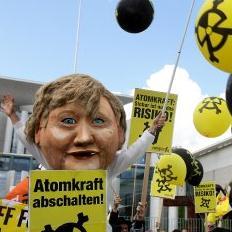 反核人士在柏林抗議德國政府延役核電廠核電廠。圖片節錄自Getty Image。