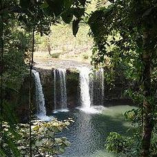 寮國Dong Hua Sao國家公園內的瀑布。圖片節錄自: Gejepewe相本。