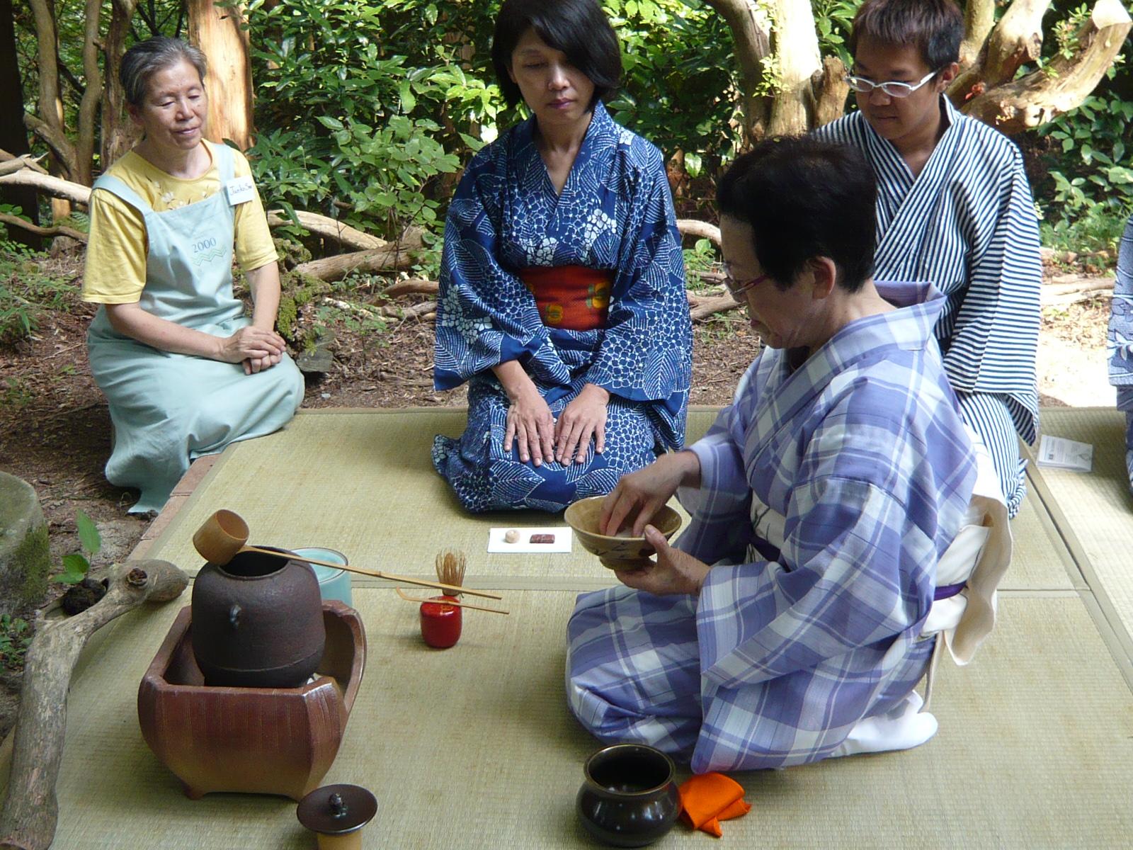 日本神戶六甲山莊工作假期,  志工們坐在剛用勞力完成的平台上, 體驗日本茶道文化