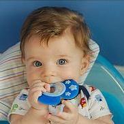 年幼的兒童常會把固齒器(teething rings)以及軟塑膠玩具放到嘴巴理並且咀嚼這些物品,導致塑膠中的增塑劑釋放到他們的口水中。圖片節錄自:oklagirl 相本。