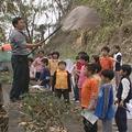 義工們教導小朋友如何捕捉紫斑蝶做標記