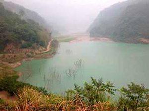 草嶺潭在桃芝颱風(2001.7.30)後被土石淹掉一半。/李根政攝