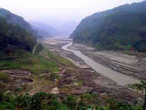 今年(2005),新草嶺潭徹底崩潰,土石流在填平的湖面上切割出約20公尺的河道。不過六年,新草嶺潭消失…/ 楊國禎攝