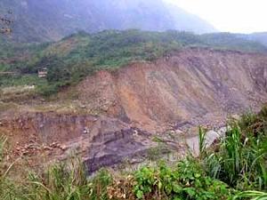新草嶺潭崩潰,河道被下切約50公尺深。對岸之建築為九二一重建會興建的觀景台。/楊國禎攝