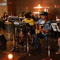 慢板之夜音樂會在燭光中展開。