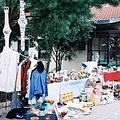 德國開放日廣場變成了跳蚤市場。二手的衣服、CD、書籍、馬克杯等等,各式各樣由義工捐贈的物品等著在這裡為動物之家換取一些募款。圖片來源:北小安