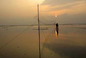 在廣闊的灘地中,我們架起了微不足道的一道網。在夕陽餘光下,我們期待著今晚的精采。