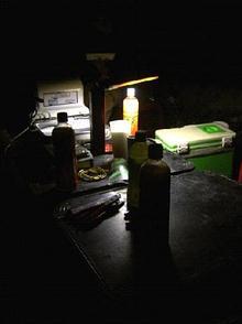 這是暗夜裡唯一的一盞燈,往前,是數公里外的漁火,往後,是數公里外的人