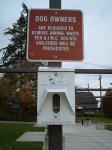 道路旁設置輔助性設施,除了勸告民眾自行清理狗便,還提供免費的狗便垃圾袋。拍攝地點為美國華盛頓州西雅圖市外海的Bainbridge島。(圖片提供:孫秀如)