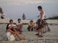 東沙宛若一座天然的教室,中山大學海洋科學學院李忠潘教授在沙灘邊看夕陽邊講課。