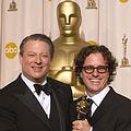 高爾與《不願面對的真相》導演古根漢共同領取奧斯卡最佳紀錄片獎(圖片來源: AMPAS)
