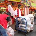 台北燈節的民藝街上製造的垃圾