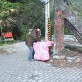 賴盈羽將準備帶上山的物品搬運下車,等待接應的車輛
