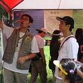 在竹子山的闖關攤位,民眾聽解說志工介紹蝴蝶生態。