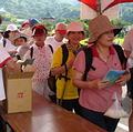 民眾一早即湧入陽明山中山樓,領取賞蝶護照。