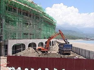 台東縣政府為了增加縣政收入,將這片6公頃的沙灘以一個月3萬元的租金及2%權利金,租給美麗華集團興建大型旅館。攝影:陳慶鍾(公共電視記者)