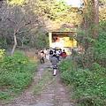 來到一個廢棄的軍營,老兵們說這裡曾經是一個小徑師部的指揮中心