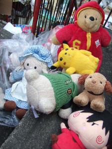 一個娃娃被丟棄,丟掉的不只是錢,而是一段曾經擁有的記憶
