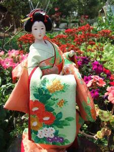 細緻的日本小姐,一度跌坐在回收場的瓶瓶罐罐中