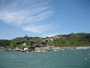 烏坵之大坵島,左方最高建築物為百年燈塔