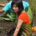 志工們坐在泥巴上感覺童年的回憶。圖片來源:台灣環境資訊協會