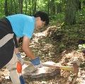 運用當地找到的石材,挖掘適合石頭形狀的擋水石階埋設點,取之自然,做過不留痕跡。