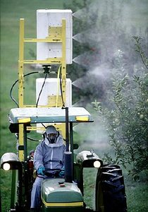 農藥噴灑作業;圖片來源:美國農業部