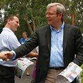 陸克文選前與支持者握手;圖片來源:ENS