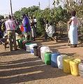 布拉瓦約等候水的人們。圖片來源:ENS
