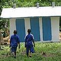 賴比瑞亞的小朋友使用UNICEF所提供的廁所。圖片來源:UNICEF